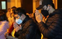 Người dân đeo khẩu trang đi lễ phủ sau giao thừa