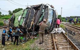 Xe buýt đi cầu may bị tàu hoả đâm khiến 17 người chết