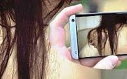 Bảo bạn gái cởi áo khoe ngực khi gọi điện video, gã thanh niên quay lén rồi tống tiền