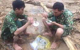 Lực lượng cứu hộ vụ sạt lở thủy điện Rào Trăng 3: Dùng sức người cuốc từng mảnh đất tìm kiếm người gặp nạn, bữa cơm vội vàng trong những bịch nilon