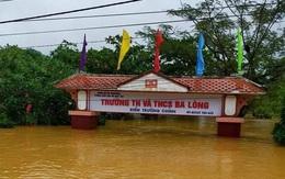 Nước lũ dâng ngập cổng trường ở Quảng Trị