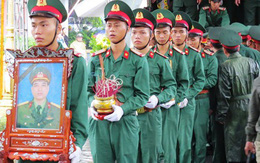 Hàng ngàn người dân, đồng đội đội mưa đón các liệt sĩ hi sinh khi làm nhiệm vụ về đất mẹ