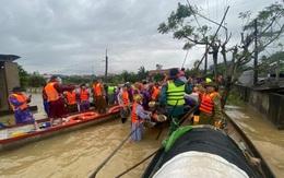 Quảng Bình: Thuyền cứu trợ gặp nạn, 5 người may mắn thoát chết