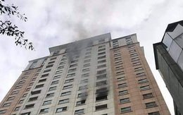 Hà Nội: Nghi vấn nổ bình gas, một căn hộ trên chung cư cao tầng bốc khói nghi ngút