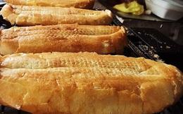 Hàng bánh mì nướng muối ớt: Ngày bán 500 chiếc, xếp hàng chờ mua