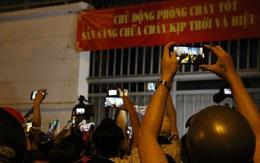Hàng nghìn người vây quanh Trung tâm Pháp y TP HCM xem nghệ sĩ đến lo hậu sự cho danh hài Chí Tài