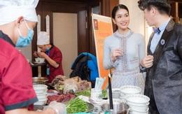 Thể hiện khả năng song ngữ, Á hậu Phương Anh giới thiệu phở Việt đến chính khách quốc tế