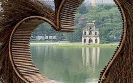 Xôn xao bức ảnh một mô hình trái tim làm bằng tre đặt ở Hồ Gươm