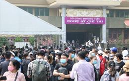 Người Sài Gòn đội nắng xếp hàng dài chờ viếng nghệ sĩ Chí Tài