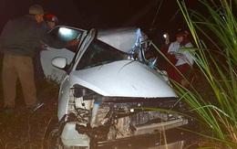 Ô tô con lao xuống vệ đường sau cú đối đầu với xe tải, tài xế tử vong kẹt trong xe
