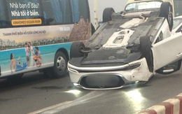 Hà Nội: Xe sang 4 chỗ hiệu Mazda đâm vào dải phân cách, lật ngửa trên cầu Vĩnh Tuy gây ùn tắc nghiêm trọng