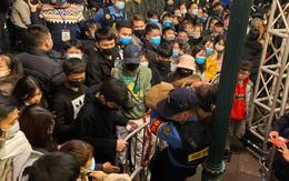 Người dân ngất xỉu do chen lấn tại điểm countdown chào năm mới 2021