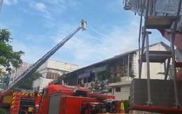 Cháy nhà giữa trung tâm Sài Gòn, hai người mắc kẹt gào cứu