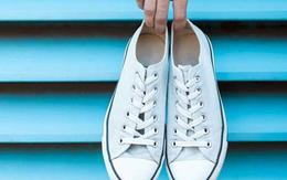 Giày trắng lấm lem bùn đất vì trời mưa ẩm, hãy ngâm chúng vào thứ nước này để trắng tinh như mới