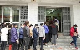 Hà Nội: Rồng rắn xếp hàng gần 2 giờ để mua 5 chiếc khẩu trang kháng khuẩn