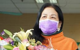 Nữ bệnh nhân khỏi COVID-19 rưng rưng cảm ơn bác sĩ