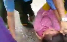 Nữ tiểu thương ngất xỉu, nằm bất động vì loạt đòn dã man của nhóm đàn ông mặc đồ bảo vệ