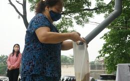 """Người nghèo đến cây """"ATM"""" nhận gạo miễn phí đầu tiên tại Hà Nội trong mùa dịch COVID-19"""