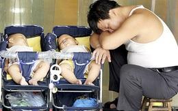 Ông bố phát hiện một trong hai con sinh đôi không phải của mình