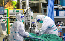 Một bệnh nhân COVID-19 nguy kịch, một người ở Hà Nội nặng hơn