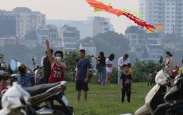 Thiếu chỗ vui chơi, người dân Hà Nội ùn ùn kéo ra bãi cỏ trống cạnh hồ Tây thả diều