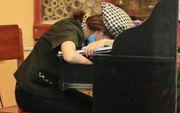 Nhân viên nhà hàng ngủ gật vì vắng khách