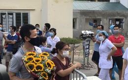 Niềm vui vỡ òa trước cổng Bệnh viện E khi BN994 được rút khỏi danh sách mắc COVID-19