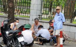 Hà Nội: Thờ ơ với dịch COVID-19, người dân vẫn hút chung 1 chiếc điếu cày ở vỉa hè