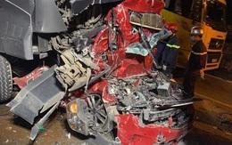 Xe container tông nát xe con, 3 người chết thảm trên phố Hà Nội