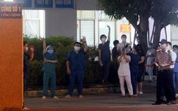 Thầy thuốc Bệnh viện C Đà Nẵng vẫy tay mừng vui sau khi lệnh gỡ phong tỏa có hiệu lực