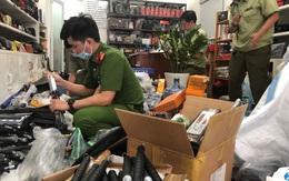 """TP.HCM: Hàng nghìn hung khí nguy hiểm được bán """"chui"""" dưới vỏ bọc ngụy trang shop túi xách"""
