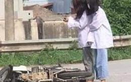 """Đang đi học thì xe máy lăn ra đổ giữa đường, 2 nữ sinh lôi điện thoại làm hành động """"khó hiểu"""""""