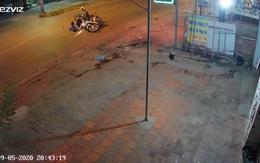 Clip: Đâm trúng xe máy chạy ẩu, thanh niên nằm gục xuống đường khiến tất cả khiếp sợ