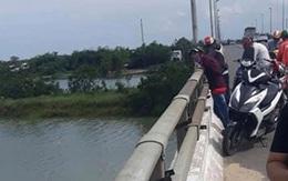 Khó tin: Thanh niên bỏ dép, xe máy, ví tiền trên cầu… rồi về nhà!