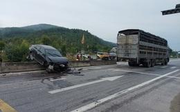 Vượt xe tải gặp đàn bò băng qua đường, xế hộp ủi nát dải phân cách