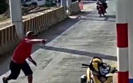 """Người đàn ông mặc áo đỏ """"đại náo"""" trạm thu phí BOT Ninh Xuân, 1 bảo vệ nhập viện"""