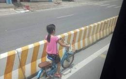 Bé gái đi xe đạp bị kẹt ở dải phân cách không thể sang đường, tài xế xe khách đã có hành động đặc biệt