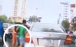 Phẫn nộ clip thanh niên dừng xế hộp giữa đường lấy chùm vải của cô bán hàng rong vừa gặp tai nạn