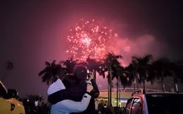 Mãn nhãn những màn pháo hoa đẹp mê hồn chào năm mới 2021 tại Hà Nội