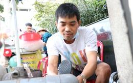 """Người thợ sửa giày ở lề đường Sài Gòn: """"Tôi từng sửa 2 chiếc túi giá khoảng 23 nghìn USD"""""""