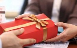 Méo mặt đặt quà Tết cho nhân viên, đối tác, mở ra... mốc meo, hết hạn