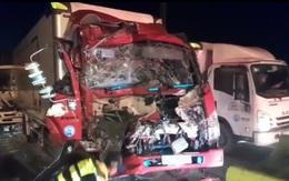 """Xe khách bị 3 xe tải tông """"dồn toa"""" khi chờ đèn đỏ trong đêm"""