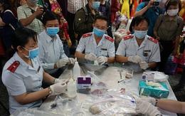 TP Hồ Chí Minh: Tiểu thương hồi hộp khi đoàn kiểm tra lấy mẫu xét nghiệm nhanh giò chả, mứt Tết