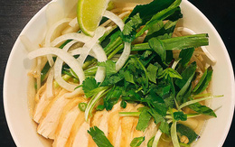 Cô gái Việt nấu phở gà ngon từ thịt, ngọt từ xương, khách Tây ăn sạch bát