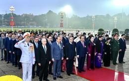 Hơn 1.500 đại biểu dự Đại hội Đảng XIII viếng Lăng Chủ tịch Hồ Chí Minh