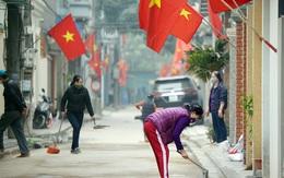 Hà Nội: Người dân trong khu cách ly dọn dẹp đường phố, sẵn sàng... đón Tết sớm