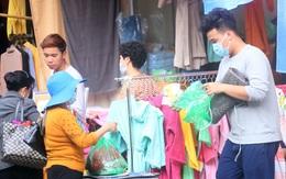 Người dân Thủ đô kéo nhau mua sắm quần áo giảm giá ngày cuối năm