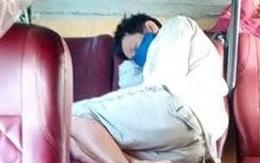 Người đàn ông phụ hồ bật khóc vì mất 32 triệu đồng trên đường về Tết