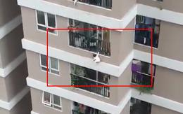 Thót tim clip bé gái 3 tuổi ở Hà Nội lơ lửng bên ngoài lan can chung cư tầng 13