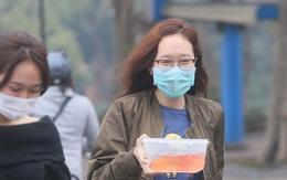 Hà Nội: Vừa bước xuống bến thả cá chép tiễn Táo quân, người dân lập tức bị... xin túi nilon